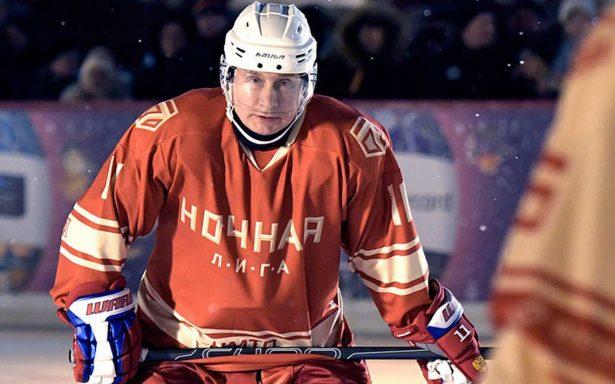 Siempre intrépido, Putin juega hockey sobre hielo en la Plaza Roja