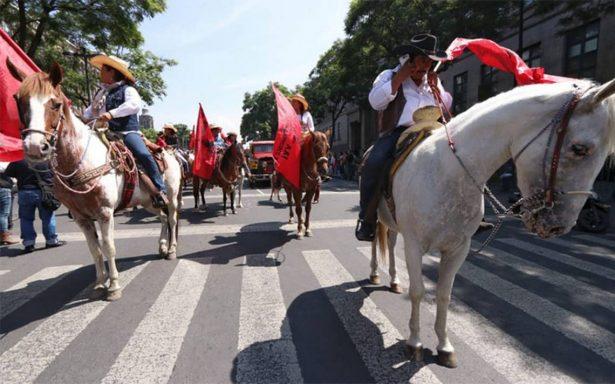 Marcha-cabalgata culmina en el Monumento a la Revolución