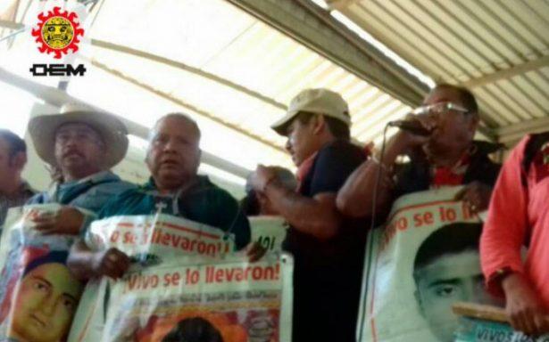 Padres de los 43 irrumpen acto político de Ángel Aguirre