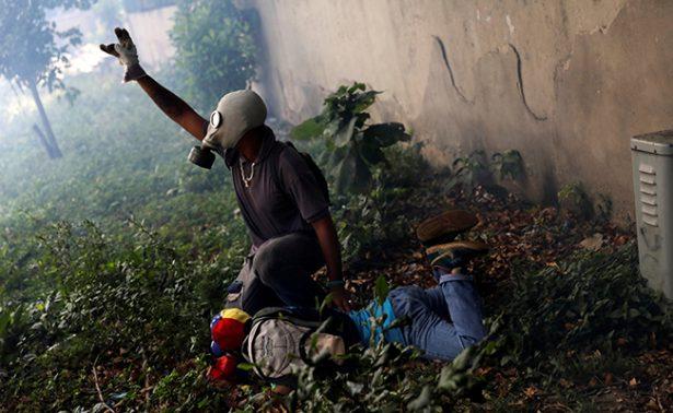 Disuelven con gases marcha en Venezuela; muere joven opositor