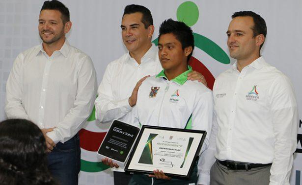 Atletas campechanos reciben reconocimientos