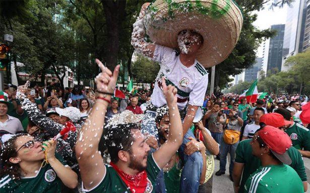 Aficionados llegan al Ángel de la Independencia para celebrar triunfo de la selección