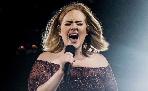 #Video Adele atacada en el escenario por un ¿mosquito?