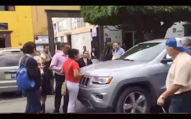 Alcalde de San Juan del Río desdeña a damnificados y su chofer les aventó su camioneta