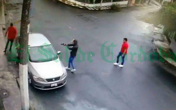 Video capta el momento en que 3 sujetos roban auto a mujer