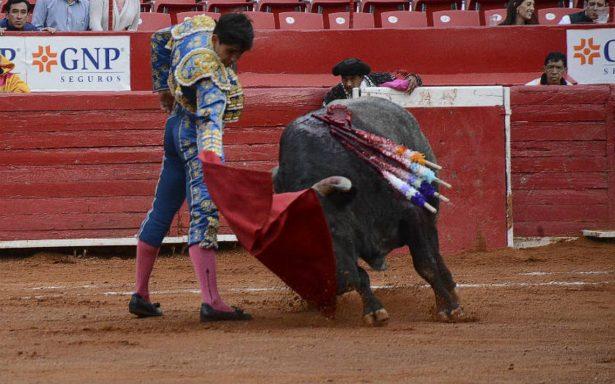 Cortan orejas Barba y Adame en corrida navideña en la México