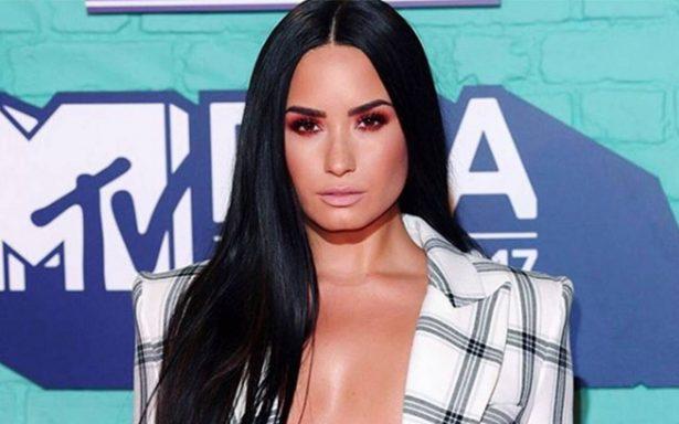 Demi Lovato presume escote de infarto en traje de baño