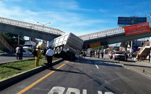 Tráiler pierde el control y colapsa puente peatonal; hay 5 heridos
