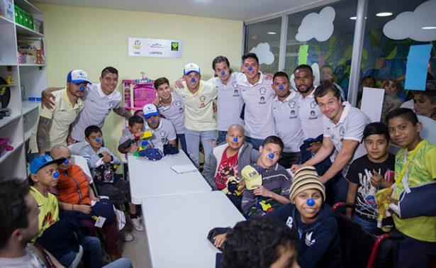 Jugadores de las Águilas del América visitan a niños con cáncer