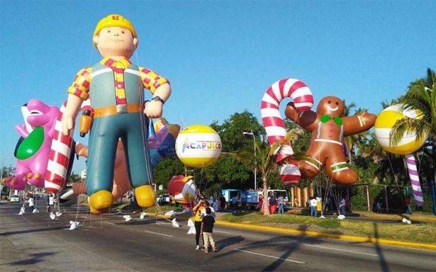 Globos gigantes invaden la costera de Acapulco en tradicional desfile navideño