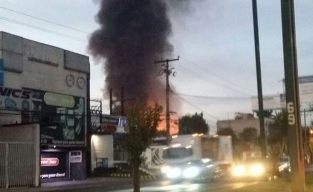 Se registra incendio en fábrica de poliuretano en Toluca