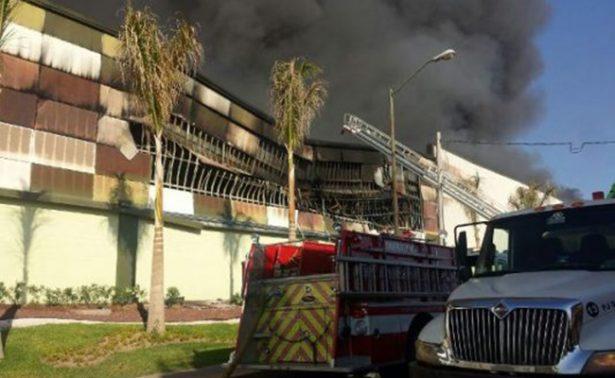 Incendio consume plaza comercial en Culiacán