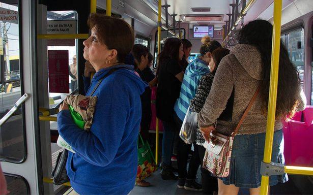 """El """"me dejas pasar"""", la nueva forma de robo de celulares en el Metrobús"""