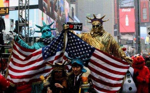Pese al frío intenso, multitudes acuden a Times Square para recibir el Año Nuevo