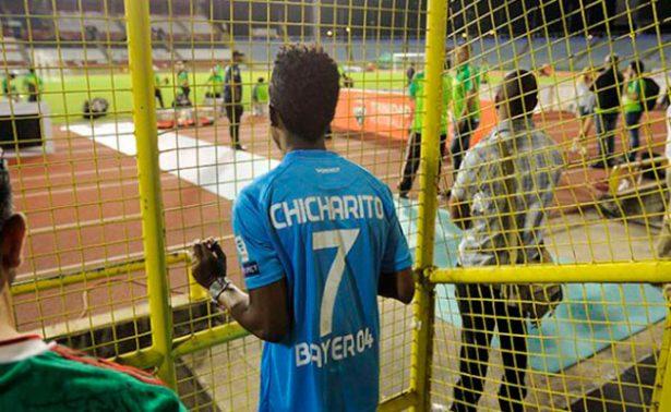 Aficionado trinitario cumple sueño de conocer a Chicharito