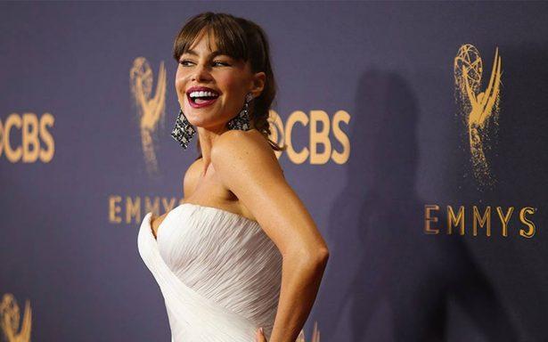 """Celebridades """"desfilan"""" en la alfombra roja para los premios Emmy 2017"""