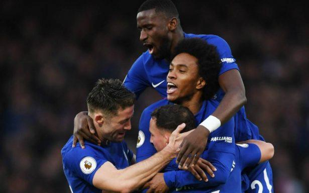 Chelsea golea al Stoke y va a la caza del título inglés
