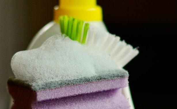 Esponjas con las que lavas trastes son depósitos de peligrosas bacterias