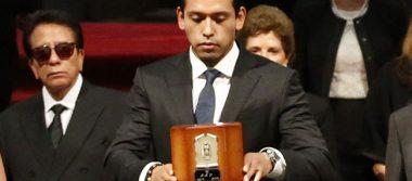 Hijo de Juan Gabriel demanda a Univisión y Telemundo