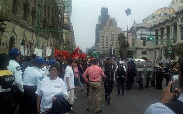 Previo a debate, manifestantes se enfrentan contra granaderos frente a Bellas Artes