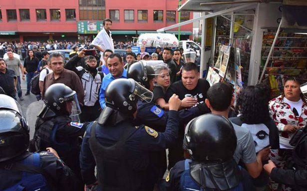 Video revela cómo policías roban celulares en operativo de Plaza Meave