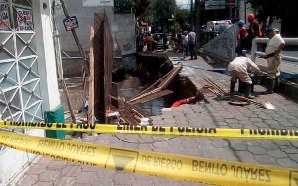 Se abre socavón a causa de fuga de agua no atendida en la Portales