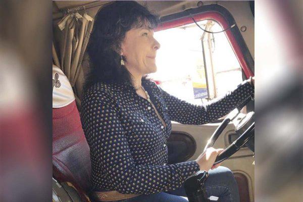 Mujer al volante…  de un tráiler doble remolque