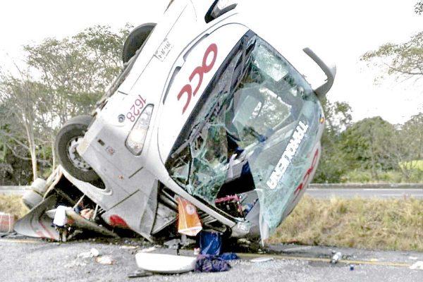 Vuelca autobús; 2 muertos y 25 heridos