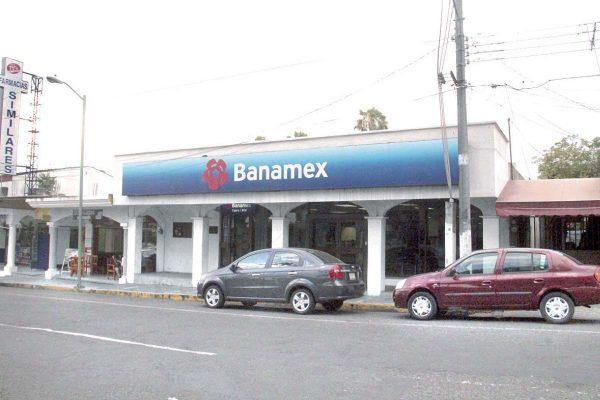 Grupo armado asalta Banamex