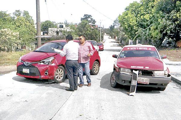 Choca taxi de Motzorongo contra Yaris en la B. Juárez
