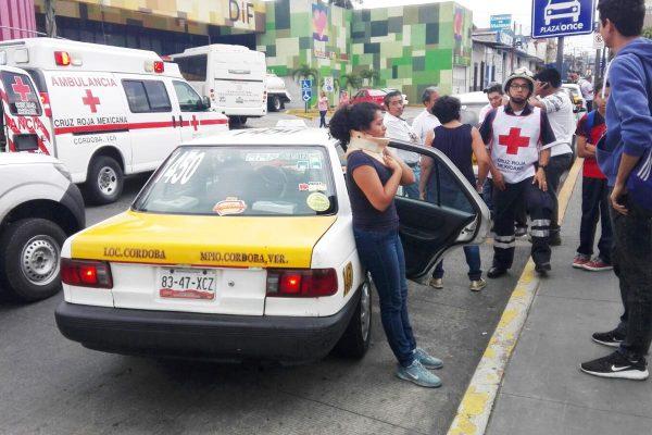 Taxi contra Hikari; una mujer lesionada