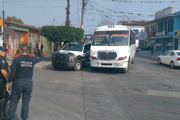 Choca autobús contra patrulla