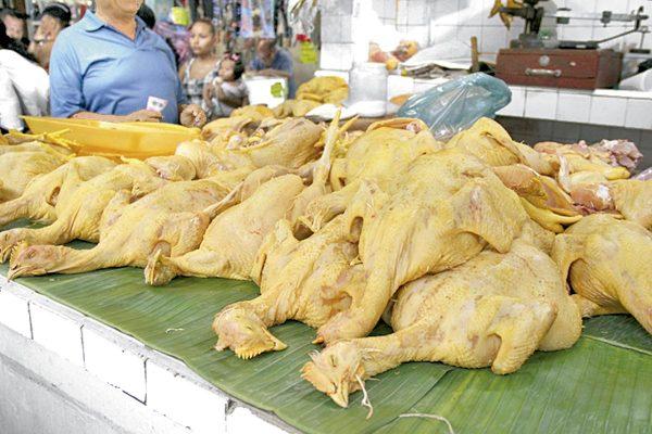 Subió $5 el precio del pollo