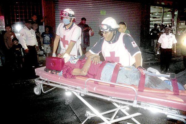 Autobús atropella y le fractura pierna a un hombre