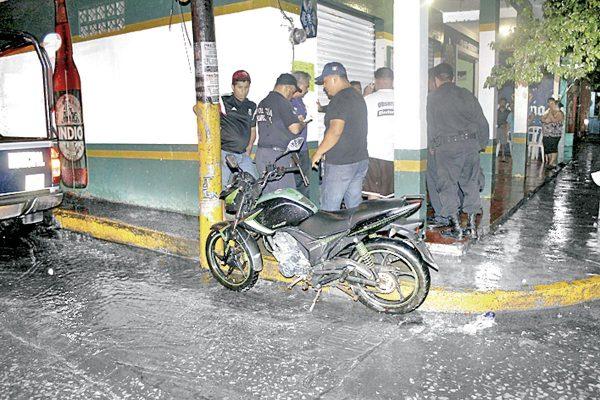 Mujer motociclista herida al chocar con taxi