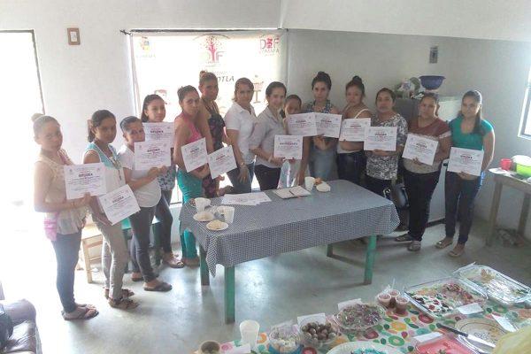 Se gradúan mujeres de cursos del DIF