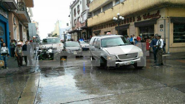 Choque y persecución en céntricas calles; hombre armado escapó