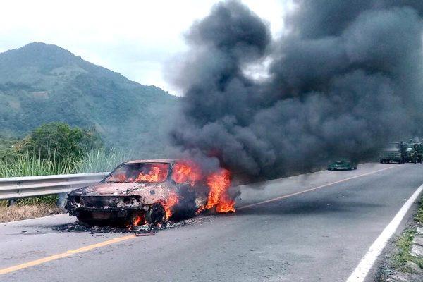 Se incendia auto en  La Ermita de Tomatlán