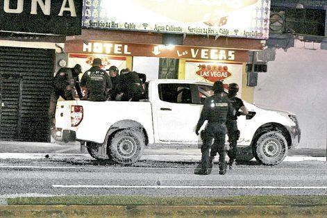 Seis detenidos en cateo de hotel