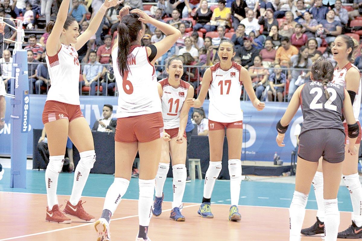 Así festejaron las turcas su triunfo sobre Brasil en cuatro sets en la Arena Córdoba, pues con ello hoy se jugarán el boleto a la ronda de semifinales ante Polonia.