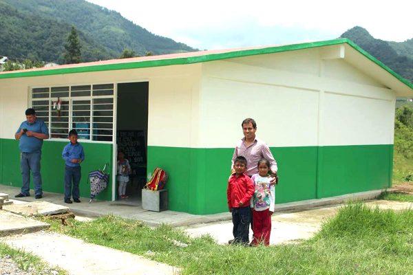 Entrega Manuel Álvarez aula en Zacatlapa