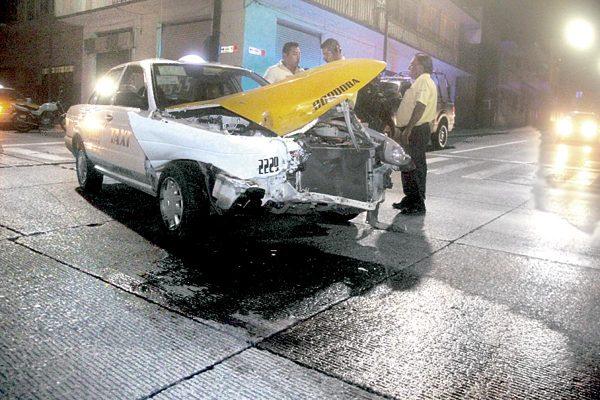 Taxi queda destrozado en choque; no hubo heridos