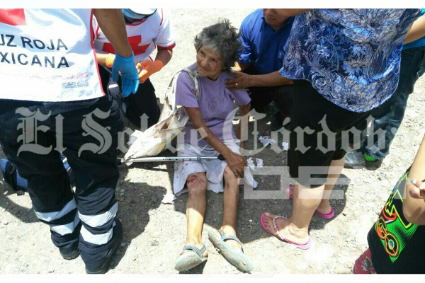 Mujer de avanzada edad se lesiona al resbalar en terracería