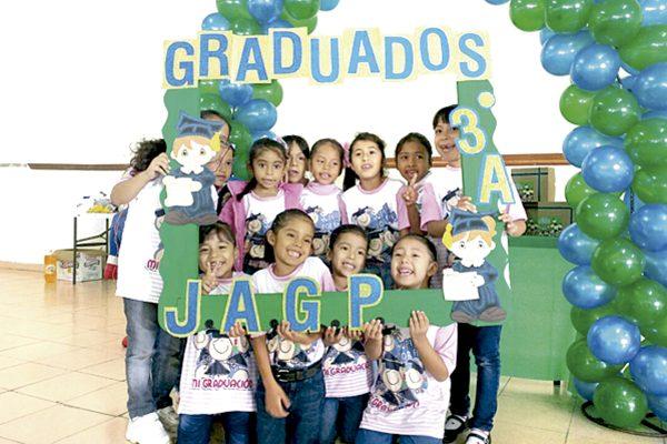 Pequeños celebran al concluir su preescolar