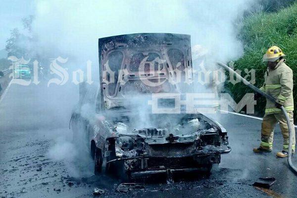 Se calcina automóvil en la carretera a Cosco