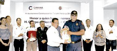 Otorgan reconocimientos a bomberos en su día