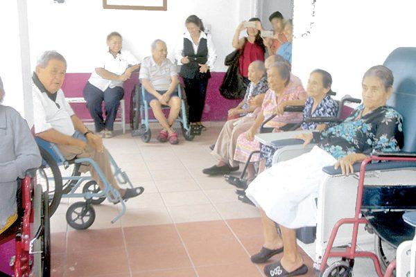 Jóvenes  llevan alegría y cariño al asilo Huehuetlan