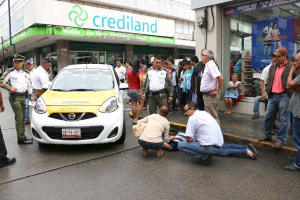 Taxi atropella a una mujer