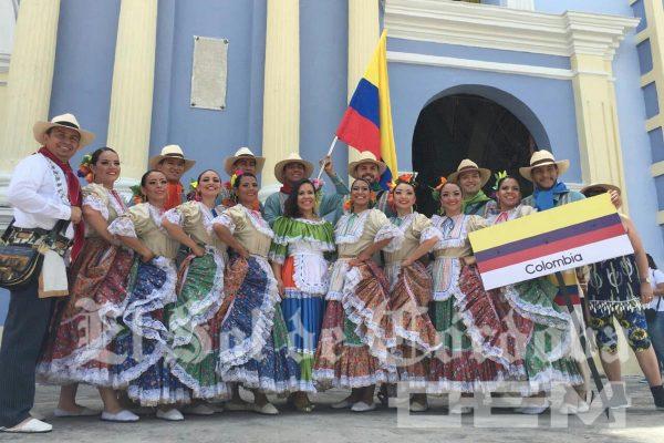 Reciben con ceremonia religiosa a bailarines del Tercer Festival Internacional del Folclore