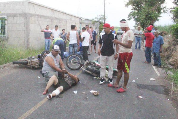 Chocan 2 motos; cinco heridos